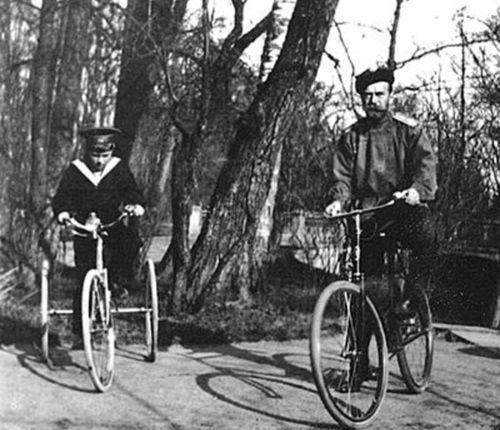 Император Николай II и цесаревич Алексей в Александровском парке Царского Села (1913 г.)